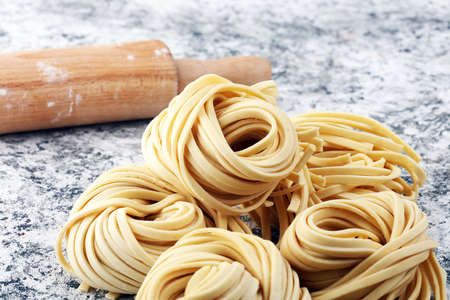 Primo piano di pasta fatta in casa fresca cruda. pasta fresca tradizionale italiana cruda Archivio Fotografico