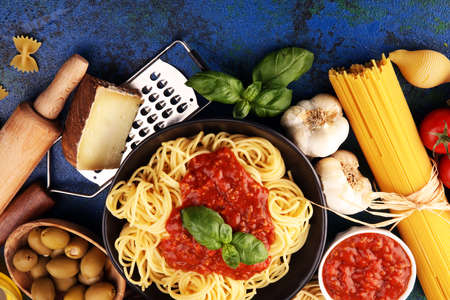 Tasty appetizing classic italian spaghetti pasta with tomato sauce, cheese parmesan and basil with ingredients Фото со стока - 134419069