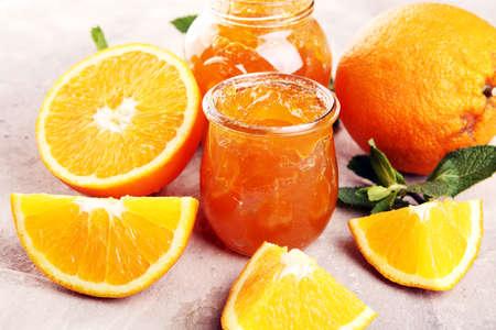 oranje zelfgemaakte jam marmelade in een glazen pot. verse, sappige gelei Stockfoto