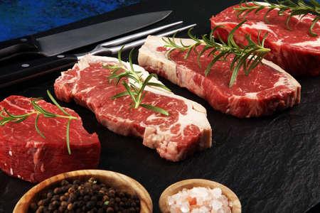 Steak cru. Bifteck de faux-filet barbecue, entrecôte Wagyu vieillie à sec. Variété de steaks de viande crue Black Angus Prime Machette, contre-filet, faux-filet, filet mignon de filet