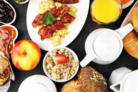 Śniadanie serwowane z kawą, sokiem pomarańczowym, rogalikami, płatkami zbożowymi i owocami. Zbilansowana dieta. Śniadanie kontynentalne z granola