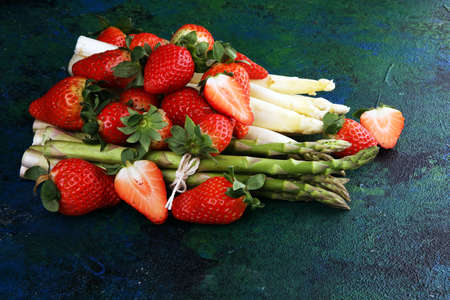 White and green fresh asparagus with a bunch of healthy strawberries 版權商用圖片