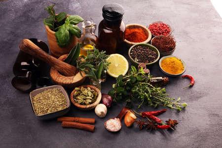 テーブルの上にスパイスとハーブ。食べ物と料理の食材をテーブルに