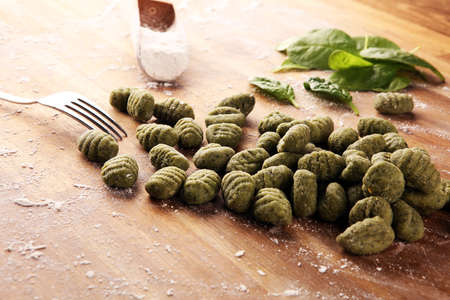 hand made gnocchi with fresh Spinach. italian traditional gnocchi on table Banque d'images