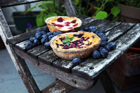 Blueberry pie or homemade cheesecake with blueberries. Delicous dessert blueberry tart on rustic background Zdjęcie Seryjne