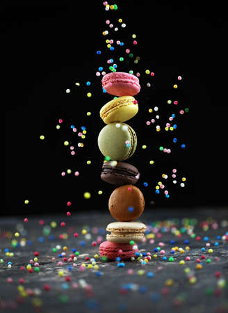 Sweet and colorful french macaroons or macaron on dark background Banque d'images
