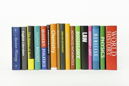 libros: Libros sobre blanco (varios se burlaron hasta temas) Foto de archivo