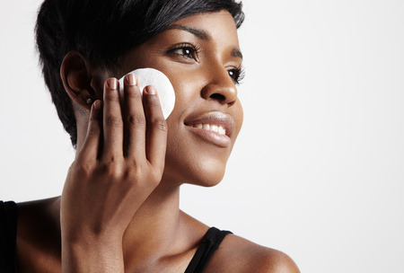 vrouw verwijdert stichting van haar ideale huid