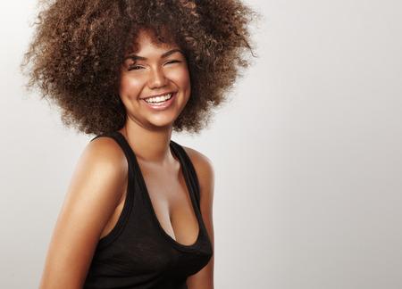 zwarte glanzende vrouw met afro haar