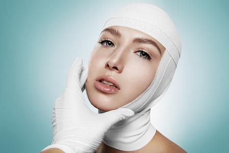 vrouw na gezicht chirurgie met de hand van een arts