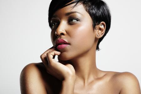 negras africanas: mujer con un corte de pelo corto y piel negro Foto de archivo