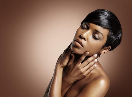 piel humana: mujer con los ojos cerrados, tocando su cara