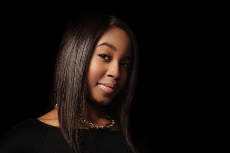 mujeres negras desnudas: mujer de negro en la oscuridad