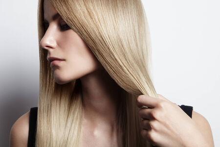 belle brunette: agrandi portraait d'une femme avec les cheveux stright Banque d'images