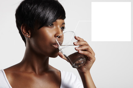 tomando agua: mujer de negro el agua potable. se�alar a un agua en vidrio