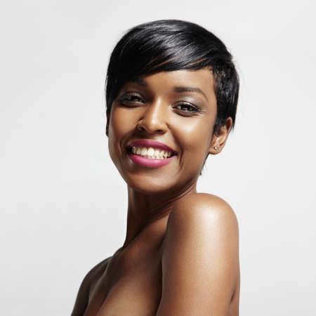 wunderschöne schwarze Frau lächelt