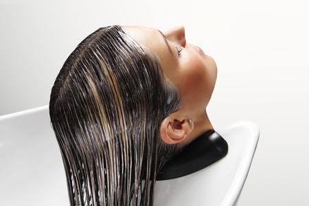 haarbehandeling in salon Stockfoto