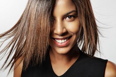 lachende zwarte vrouw met haar fladderende Stockfoto