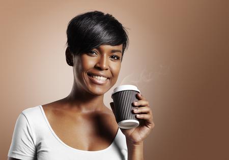Latijnse vrouw glimlachend en met koffie op een warme beige achtergrond