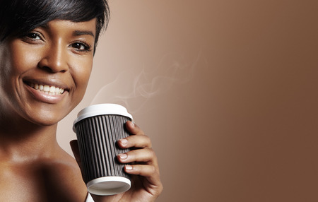 Gelukkige zwarte vrouw met koffie in kartonnen beker Stockfoto - 34638419