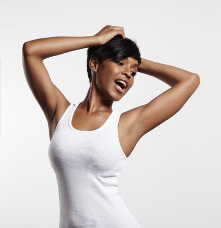 axila: negro mujer feliz en un top blanco Foto de archivo