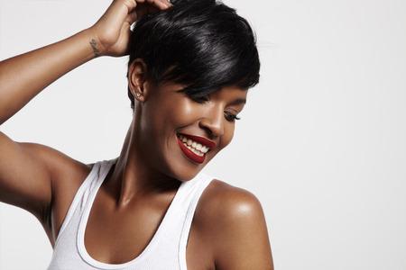black hair: joven belleza latina sonriente y tocar su cabello Foto de archivo
