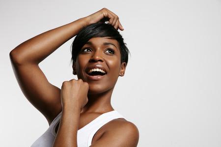 negras africanas: mujer sonriente feliz es bailar