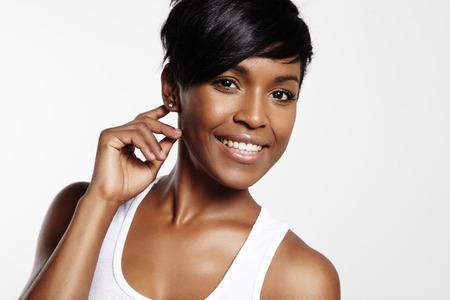 Zwarte vrouw glimlacht en kijkt naar de camera Stockfoto - 34674511