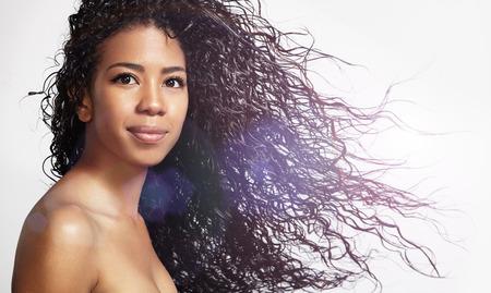 巻き髪を吹くと幸せ黒人女性