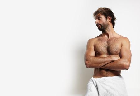 sauna nackt: Mann in einem towell gerade an der linken Sicht