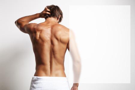 sauna nackt: perfekte Passform Mann von hinten in das Handtuch