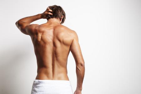 hombre desnudo: hombre ajuste perfecto de la espalda en la toalla blanca Foto de archivo