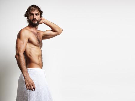 sauna nackt: Mann in einem towell berühren den Kopf Lizenzfreie Bilder