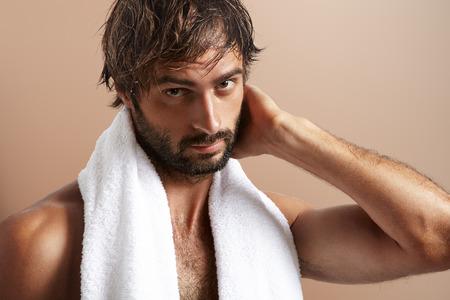 man met een handdoek na bad
