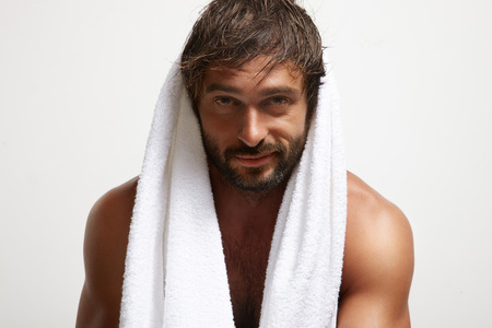 Felice uomo sorridente dopo il bagno. Mancare Archivio Fotografico - 34674662