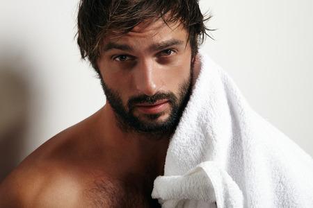 beau jeune homme: portrait d'un homme de beauté avec une barbe et une serviette