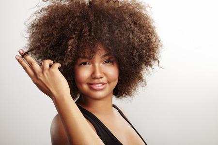 mujeres negras: Mujer que toca su pelo afro Foto de archivo