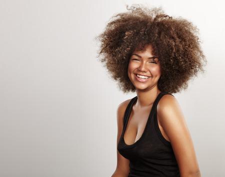 gelukkig lachende zwarte Afrikaanse vrouw