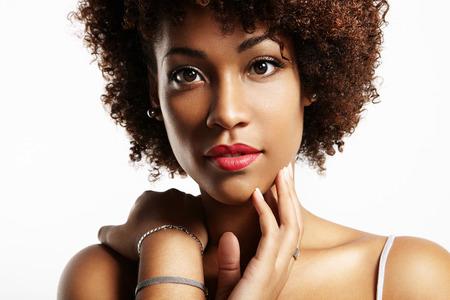 Ritratto del primo piano di una donna nera con labbra rosse Archivio Fotografico - 34674668
