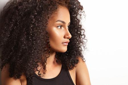 profiel van een prety Latijnse vrouw met een krullend haar