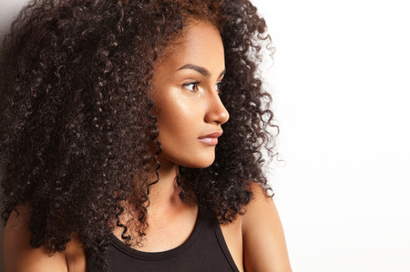 Profil eines prety Latin Frau mit einem lockiges Haar