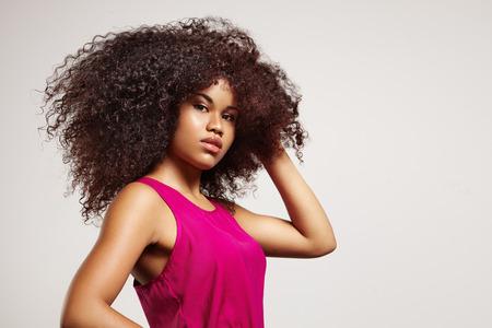 vrouw met grote afro hair