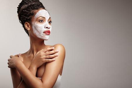 masajes faciales: belleza mujer de negro con una m�scara facial Foto de archivo