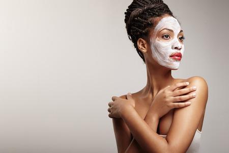 tratamientos corporales: mujer en proceso de un tratamiento facial