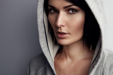 sweatshirt: retrato de una mujer en sudadera con capucha, sudadera