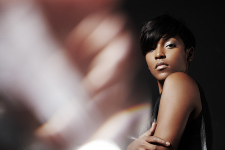 portret van een schoonheid zwarte vrouw met een flair aan de linkerkant