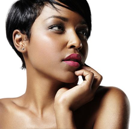 close-up portret van een zwarte vrouw met een ideale huid