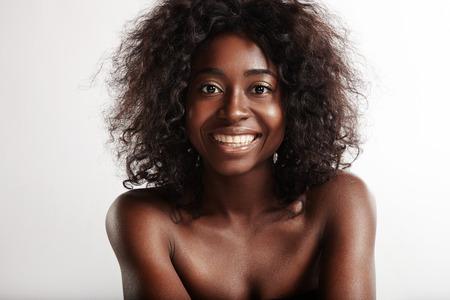 beauté femme noire avec un sourire parfait