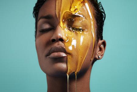 蜂蜜の治療。顔の治療 写真素材