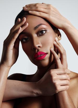 mannequin africain: portrait d'une femme � la peau id�al et avec beaucoup de mains